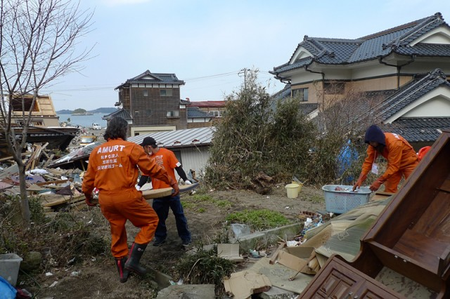 Cleaning-a-house-near-the-oceans-shore-1-640x426